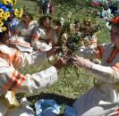 Следуя, традициям русского народа на празднично украшенной поляне близ деревни Буртаковка прошли троичные гуляния.